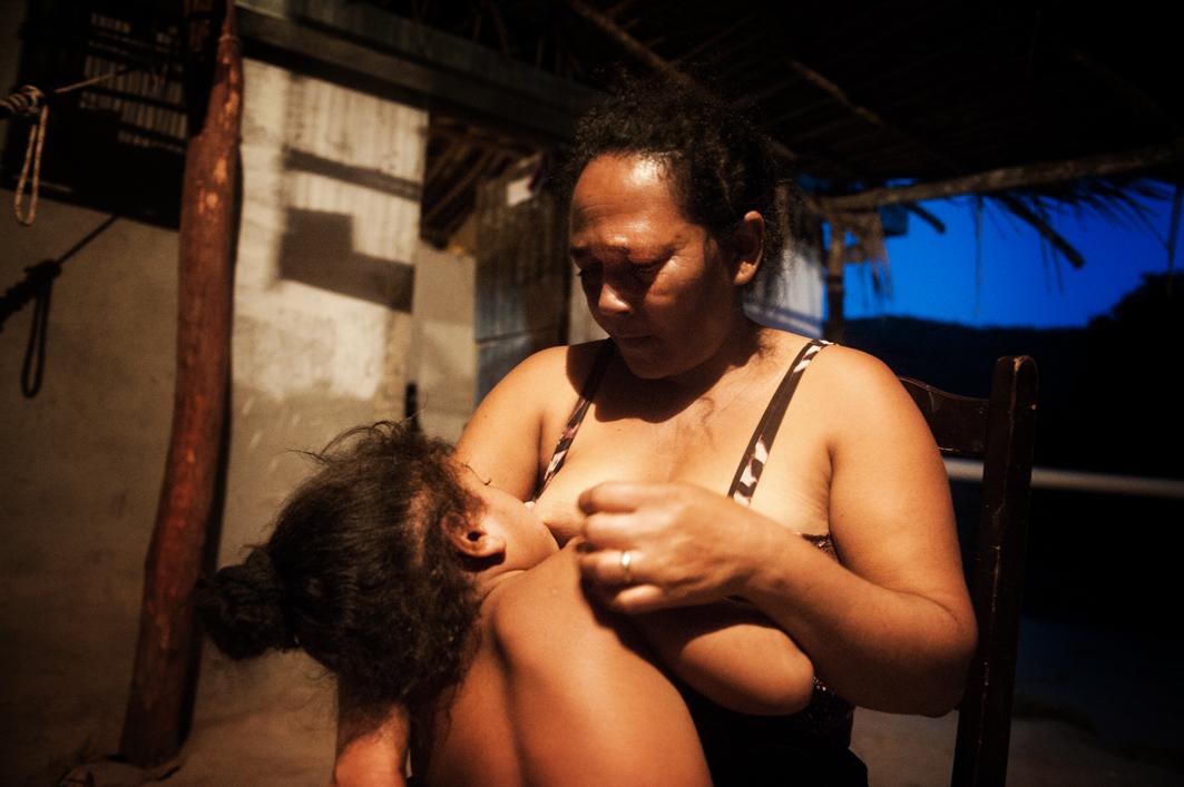 Moeder geeft haar dove dochter borstvoeding. Foto: Mona van den Berg