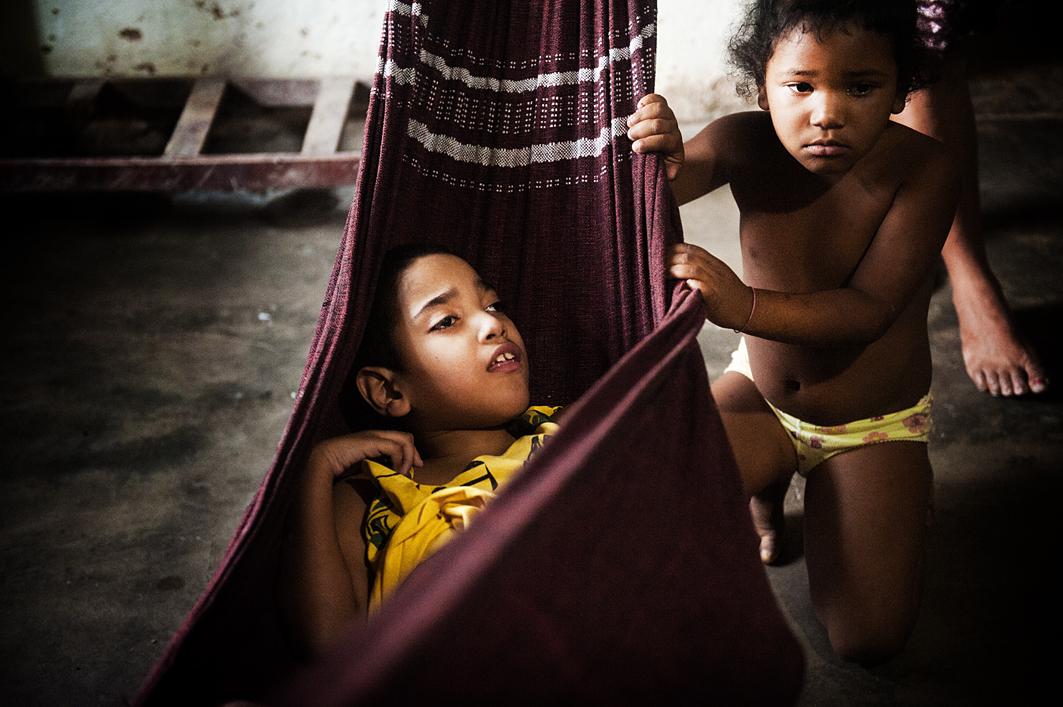Een gezin met twee gehandicapte kinderen. Foto: Mona van den Berg